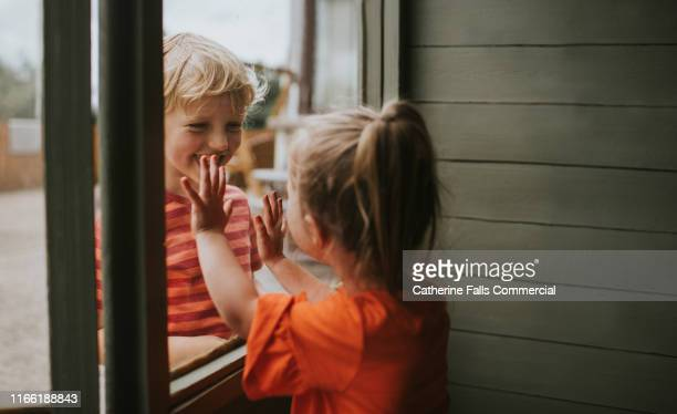 knowing me knowing you - familie mit zwei kindern stock-fotos und bilder