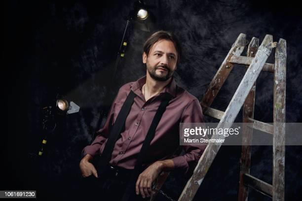 Künstler Porträt im Studiolicht mit Stehleiter - Karriereleiter