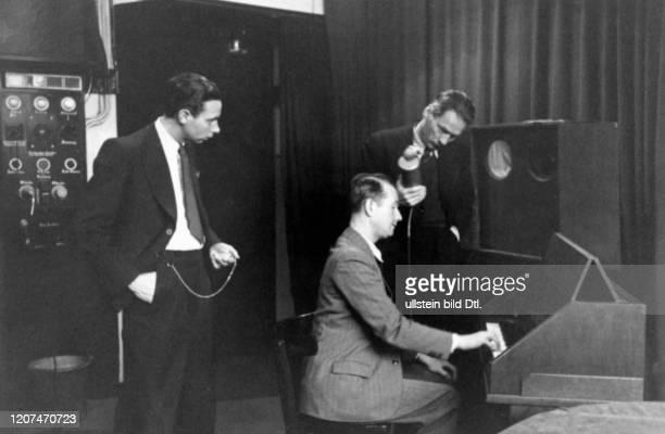 Künstliche Musik, das Melodium, Aufnahme in einem Rundfunkstudio - Originalaufnahme im Archiv von ullstein bild Erschienen in: Hier Berlin 2:2