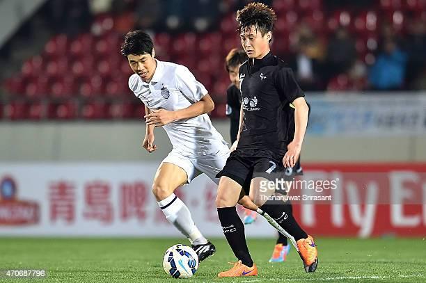Ko Seul-ki of Buriram United and Kim Cheol-Ho of Seongnam FC battle for the ball during the Asian Champions League match between Seongnam FC and...
