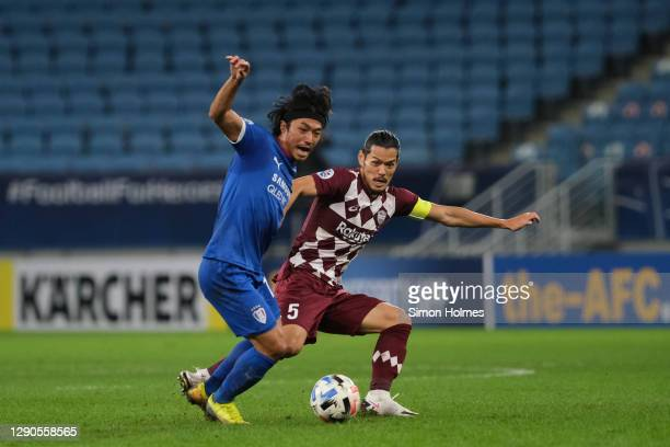 Ko Seung-Beom of Suwon Samsung Bluewings and Vissel Kobe's Hotaru Yamaguchi battle for possession during the AFC Champions League quarter final match...