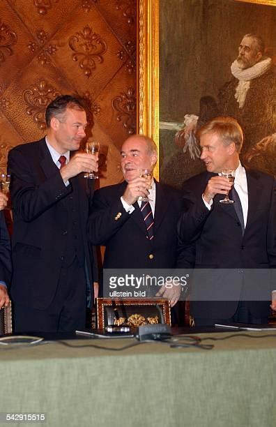 Koalitionsvertrag geschlossen die Hamburger Regierungspartner stoßen mit Sekt an vlnr Ronald Barnabas Schill Rudolf Lange Ole von Beust
