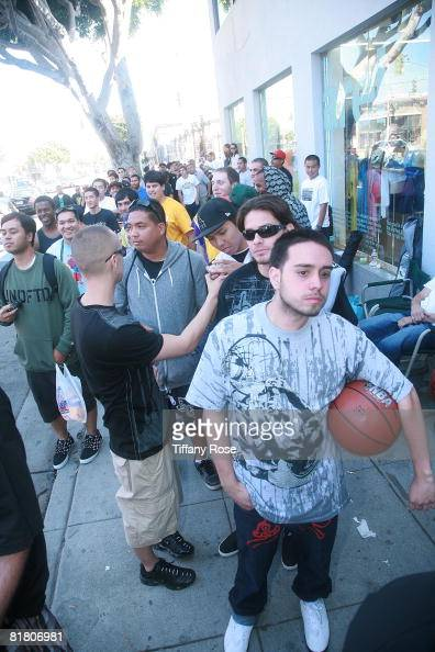 04633d994c41 Kobe Bryant fans wait in line at the launch of the new Nike Hyperdunk...  News Photo - Getty Images