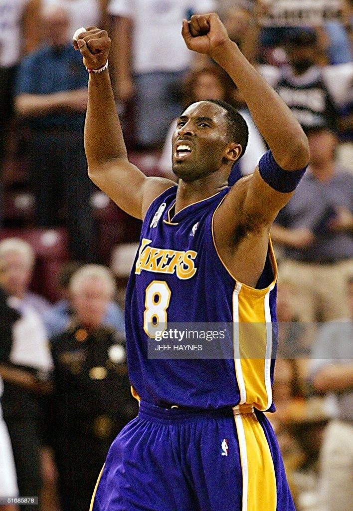 Kobe Bryant of the Los Angeles Lakers celebrates a : ニュース写真
