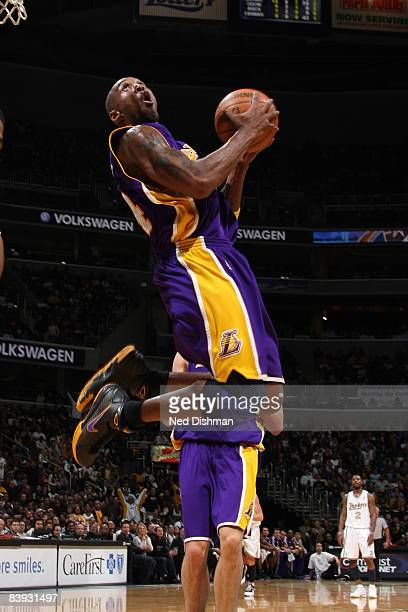 Kobe Bryant of the Los Angeles Lakers dunks against the Washington Wizards at the Verizon Center on December 5 2008 in Washington DC NOTE TO USER...