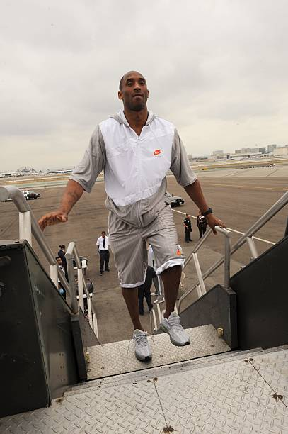 La lakers travel to orlando for game 3 kobe bryant of the los angeles lakers gets set to board a charter flight from los voltagebd Images