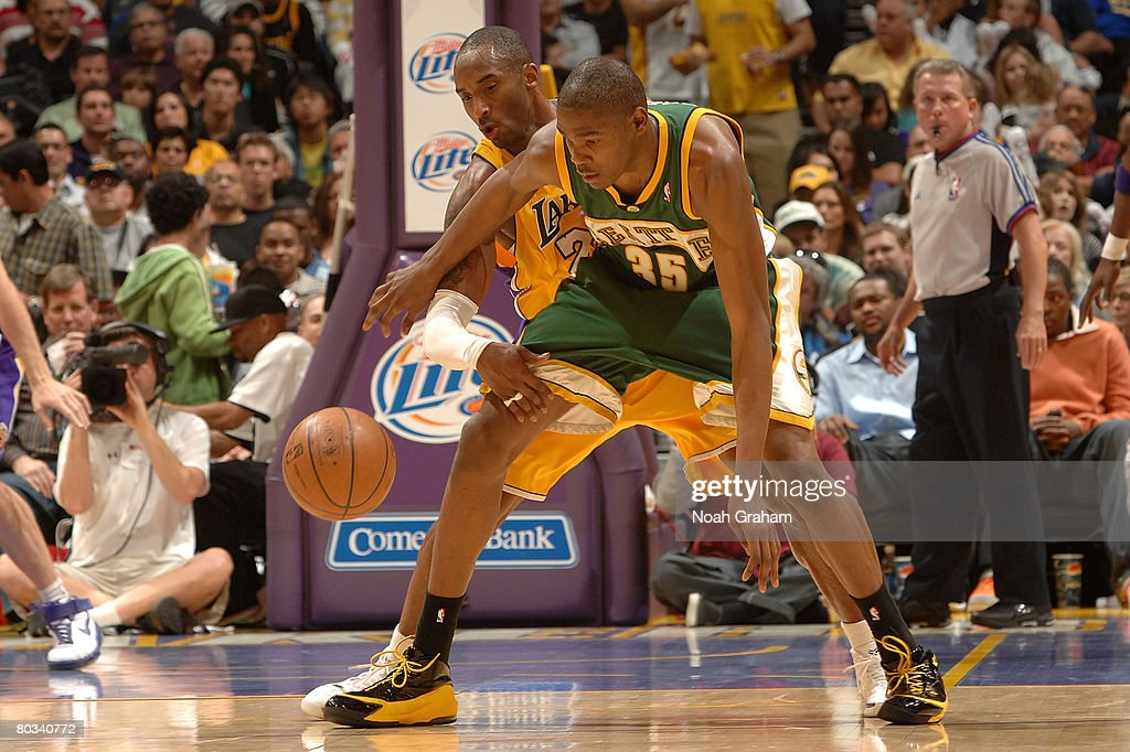 c539b190b98f Kobe Bryant of the Los Angeles Lakers reaches in against Kevin ...