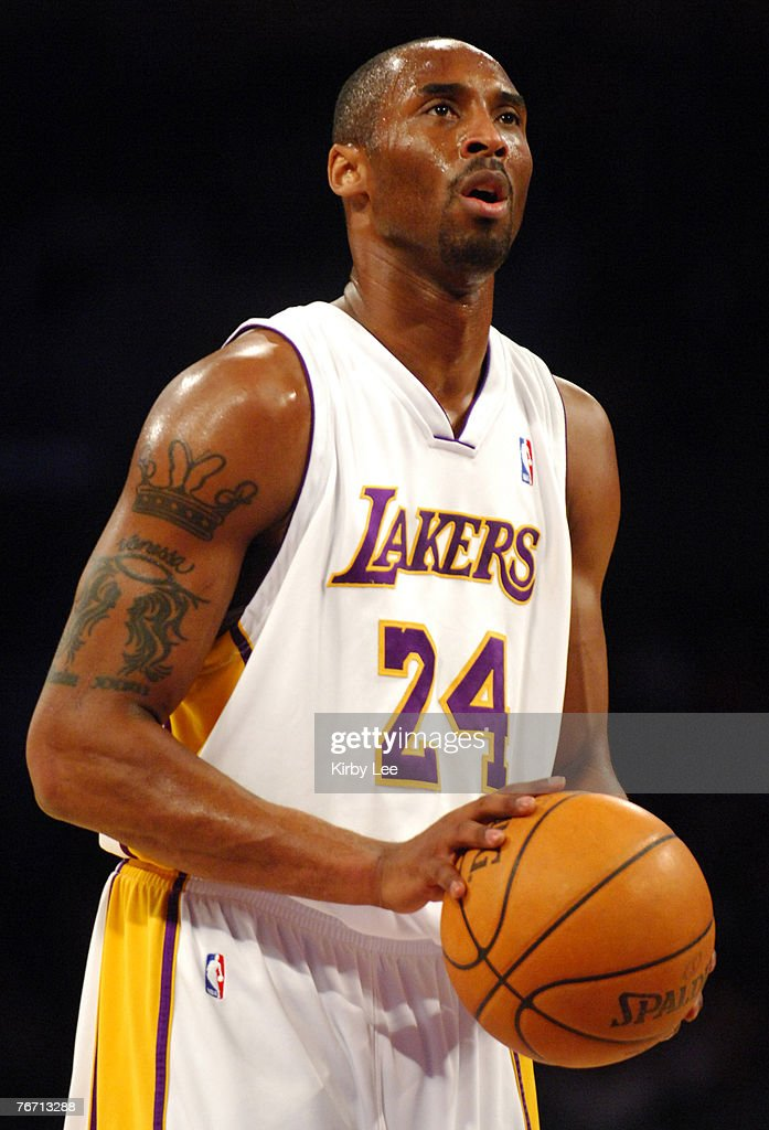 Celebrities at the Los Angeles Lakers Game - March 27, 2005 : News Photo
