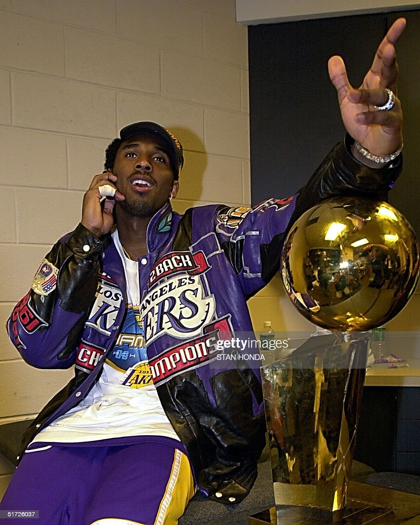Kobe Bryant of the Los Angeles Lakers talks on his : News Photo