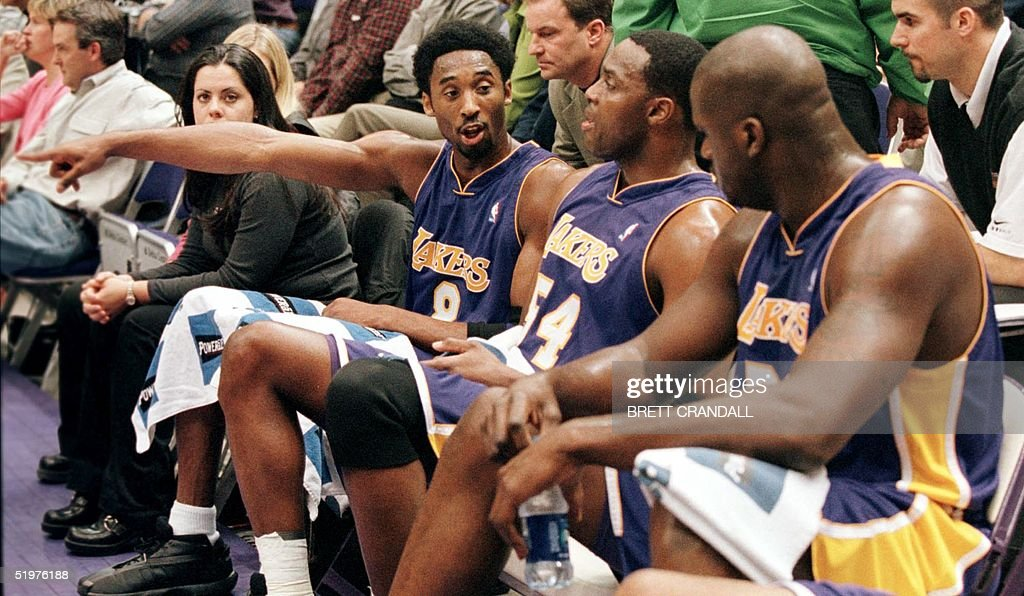 Kobe Bryant (L) of the Los Angeles speaks with Sha : News Photo