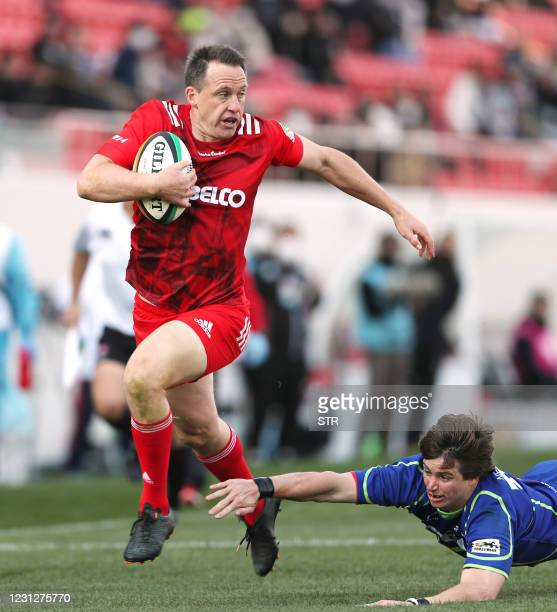 Kobe Kobelco Steelers' Ben Smith runs with the ball during a Japan Rugby Top League match between Kobe Kobelco Steelers and NEC Green Rockets at...