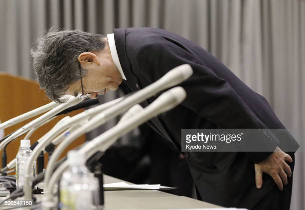 Kobe Steel Ltd Executive Vice President Naoto Umehara bows in apology at a press conference in Tokyo on Dec 21 2017 The thirdlargest Japanese...
