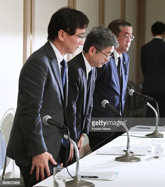 Kobe Steel Ltd senior officials including Executive Vice President Naoto Umehara bow in apology at a press conference in Tokyo on Oct 20 2017 The...