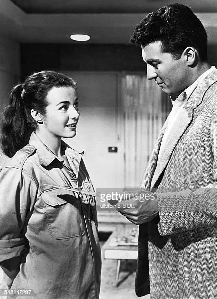 Koch Marianne * Schauspielerin Medizinerin D mit Sydney Chaplin in dem Film 'Four Girls in Town' Regie Jack Sher USA 1957 Filmproduktion Universal...