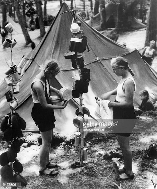 Kochgeschirr wird zum Trocknen aufgehängt veröffentlicht 1937Foto Max Ehlert
