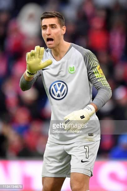 Koen Casteels of Vfl Wolfsburg gives his team instructions during the Bundesliga match between FC Bayern Muenchen and VfL Wolfsburg at Allianz Arena...