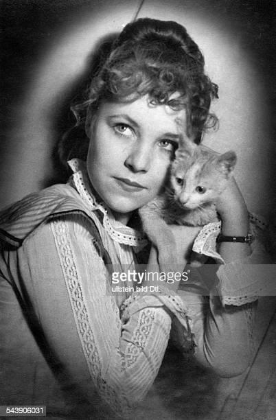 KoerberHarlan Susanne Actress Germany*19321989 Portrait with cat Photographer Charlotte Willott 1953Vintage property of ullstein bild