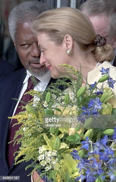 Kofi Annan, Generalsekretär der Vereinten Nationen , Ghana, an der Seite seiner Frau Nane, Juristin, Schweden, die einen Blumenstrauß im Arm hält. .