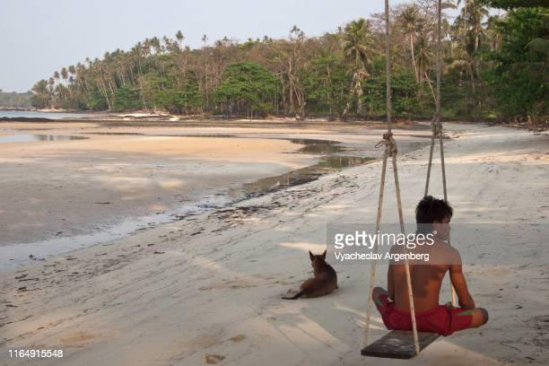 koh mak, sitting on the beach - golf von thailand stock-fotos und bilder