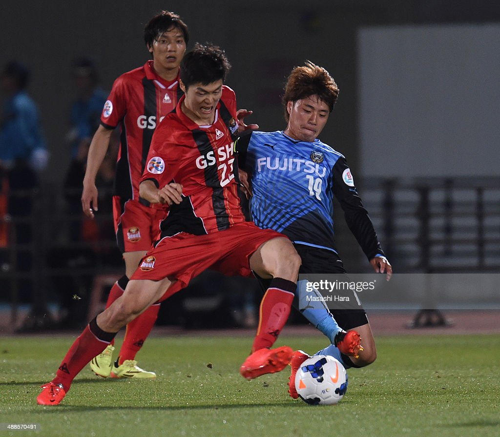 Koh Myongjin #22 of FC Seoul (L) and Kentaro Moriya #19 of Kawasaki Frontale compete for the ball during the AFC Champions League Round of 16 match between Kawasaki Frontale and FC Seoul at Todoroki Stadium on May 7, 2014 in Kawasaki, Japan.