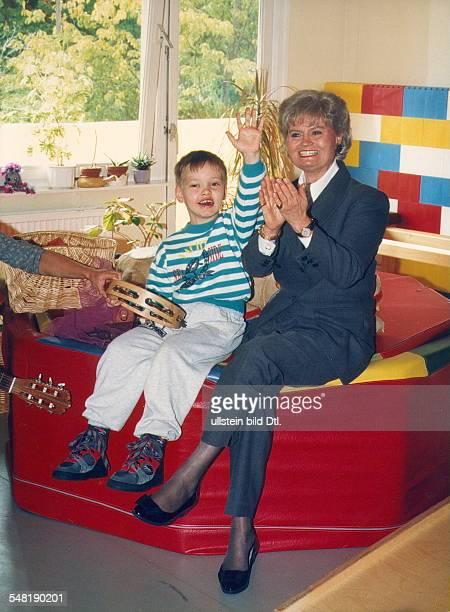 Kohl Hannelore * Dolmetscherin D Ehefrau von Helmut Kohl Bundeskanzler 19821998 als Praesidentin des Kuratoriums ZNS bei einem Besuch im Klinikum...