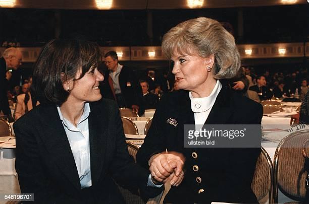 Kohl Hannelore * Dolmetscherin D Ehefrau von Helmut Kohl Bundeskanzler 19821998 im Gespraech mit Ingeborg Schaeuble