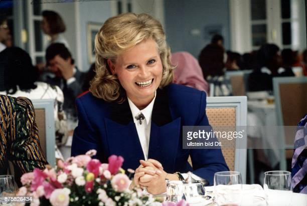 Kohl Hannelore * Dolmetscherin D Ehefrau von Helmut Kohl Bundeskanzler 19821998 Portrait in einem Restaurant lacht undatiert