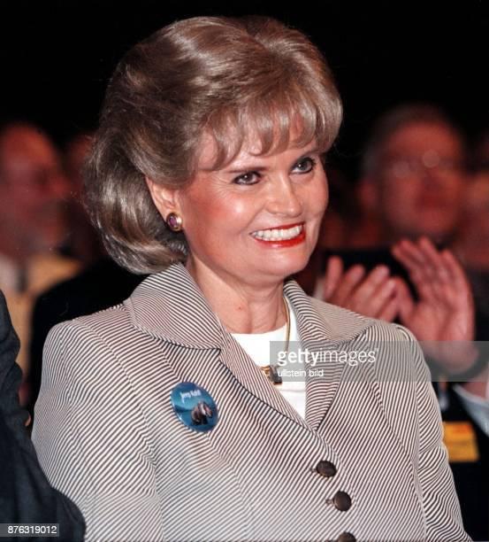 Kohl Hannelore * Dolmetscherin D Ehefrau von Helmut Kohl Bundeskanzler 19821998 Portrait laechelnd inmitten eines applaudierenden Publikums