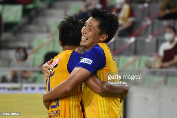Koji Hachisuka of Vegalta Sendai celebrates the first goal during the J.League Meiji Yasuda J1 match between Vissel Kobe and Vegalta Sendai at Noevir...
