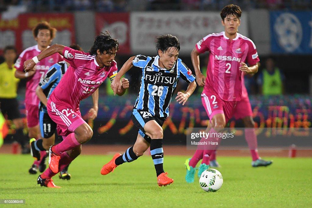 Koji Miyoshi #26 of Kawasaki Frontale in action during the J.League match between Kawasaki Frontale and Yokohama F.Marinos at the Todoroki Stadium on September 25, 2016 in Kawasaki, Japan.