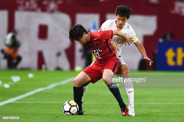 Koki Anzai of Kashima Antlers and Wang Shenchao of Shanghai SIPG compete for the ball during the AFC Champions League Round of 16 first leg match...