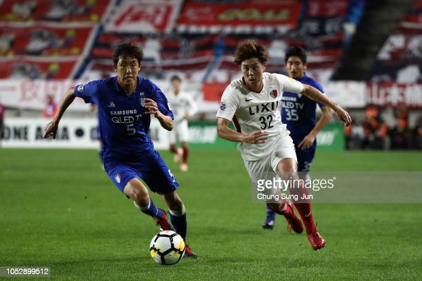Koki Anzai of Kashima Antlers competes for the ball with Jo SungJin of Suwon Samsung Bluewings during the AFC Champions League semi final second leg...