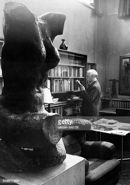 Kolbe Georg *15041877 Artist sculptor Germany Kolbe in his library with a bronze torso from 1929
