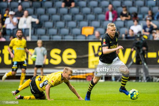 Kolbeinn Sigþorsson of AIK beats IF Elfsborgs Gustav Henriksson to go one-on-one with their goalkeeper and score the opening 1-0 goal during an...