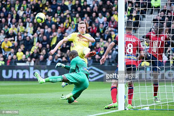 Kolbeinn Sigthorsson of Nantes and Vincent Enyeama of Lille during the French League 1 match between Fc Nantes and Lille OSC at Stade de la Beaujoire...