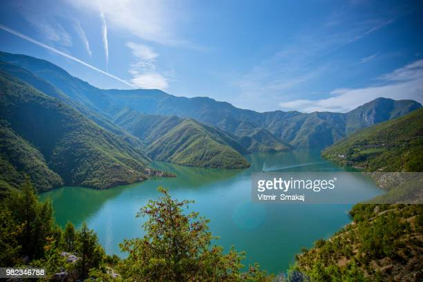 koman lake - albanië stockfoto's en -beelden