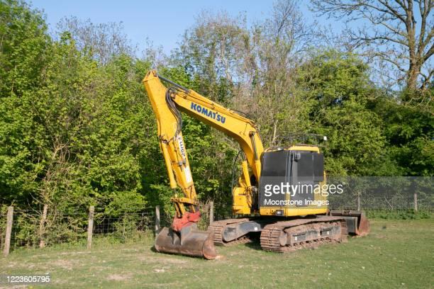 komatsu excavator in farningham, england - komatsu stock pictures, royalty-free photos & images
