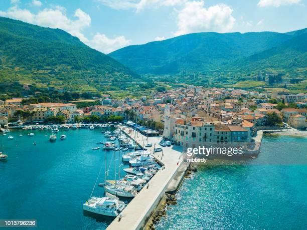 komiža town on island vis, dalmatia, croatia - croazia foto e immagini stock