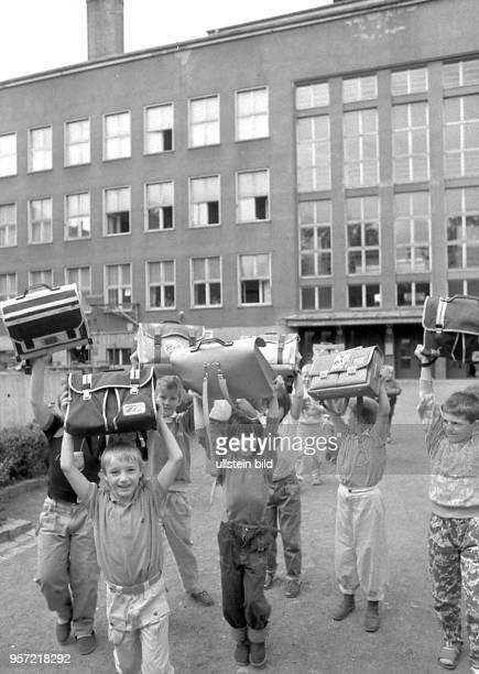 Die Schule ist aus am kommen Schüler der 45 Oberschule Klement Gottwald mit ihren Schultaschen und den letzten Zeugnissen einer DDRSchule aus dem...