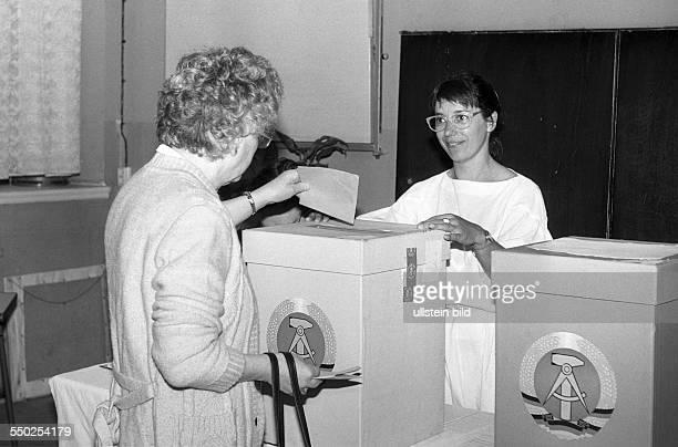 Kommunalwahlen in der DDR Abstimmung in einem Wahllokal in BerlinPrenzlauer Berg *Aufnahmedatum geschätzt*