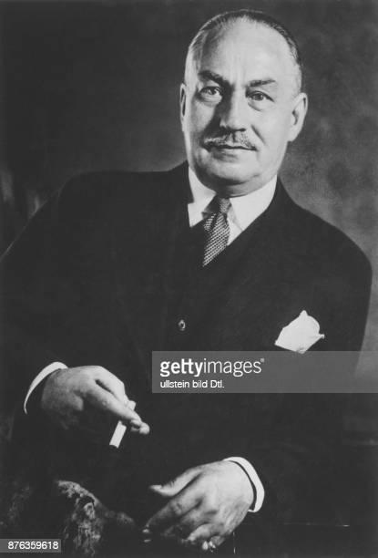 1866 1946 Komponist D Porträt mit Zigarette in der Hand in den 30er Jahren