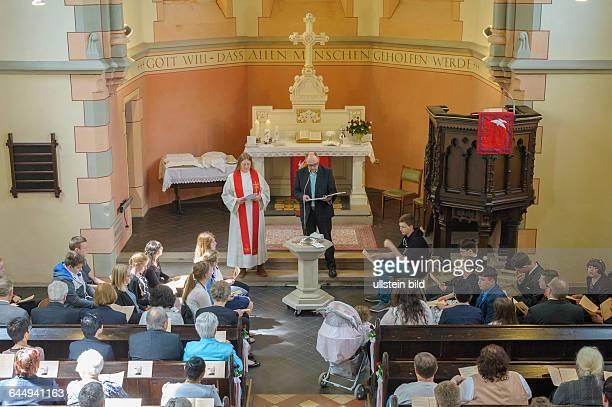 10 Konfirmandinnen und Konfirmanden erhalten in der evangelischen Kirche in Karlsbrunn von Pfarrerin Valentina Trüschler ihren Konfirmationssegen