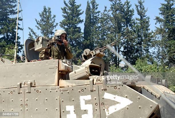 Konflikt Israel-Libanon - Ein israelischer Soldat auf seinem gepanzerten Fahrzeug an der Grenze zum Libanon.