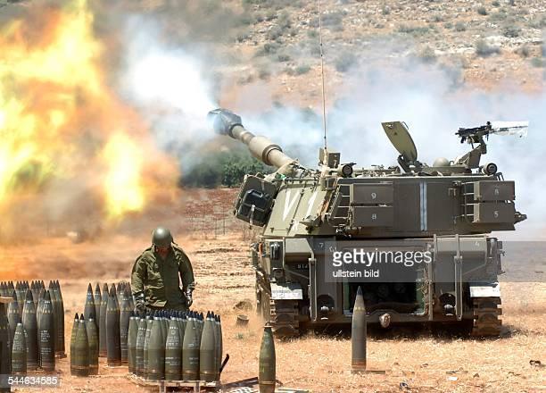 Konflikt Israel-Libanon - Ein israelisches Artillergiegeschuetz feuert 155 mm Granaten in den Suedlibanon auf Hizbollah Stellungen