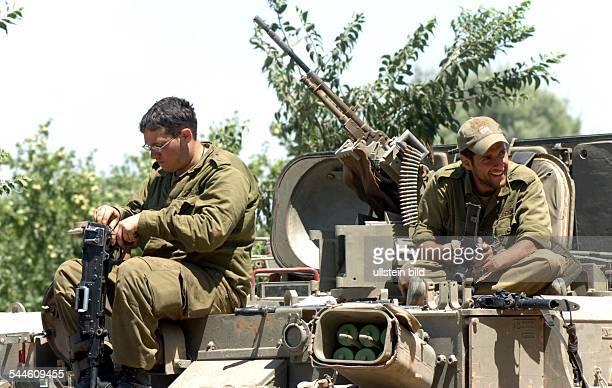 Konflikt Israel-Libanon - Israelische Soldaten sitzen waehrend einer Kampfpause zurueck in Israel auf ihren gepanzerten Fahrzeugen und reinigen ihre...