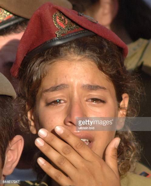 Konflikt Israel-Libanon - Jerusalem, eine israelische Soldatin weint bei der Beerdigung eines israelischen Soldaten, der an der libanesischen Grenze...