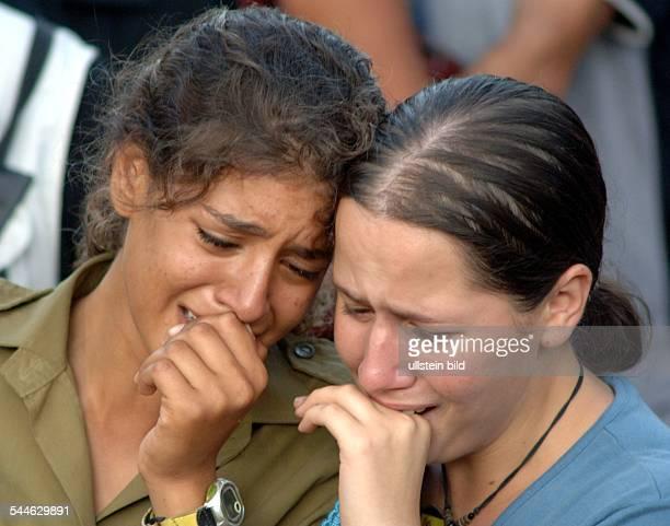 Konflikt Israel-Libanon - Jerusalem, Kameraden und Freunde trauern bei der Beerdigung eines israelischen Soldaten, der an der libanesischen Grenze...