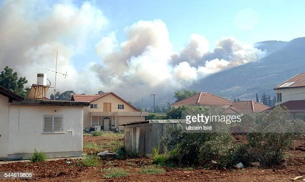 Konflikt Israel-Libanon - Rauch steigt auf in der nordisraelischen Stadt Kiriat Schmona, nachdem einige Raketen, abgefeuert von der Hizbollah, im...