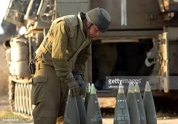 Konflikt IsraelPalästina Ein israelischer Soldat bereitet 155mm Granaten fuer den Abschuss auf Gaza vor