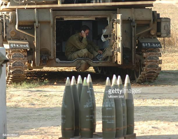 Konflikt IsraelPalästina Ein israelischer Soldat macht noch ein Telefongespraech in seinem mobilen Artilleriegeschuetz kurz bevor die Armee Gaza mit...